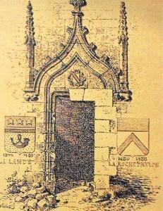 Beaumont, armorie sculptée sur la porte d'entrée de la tourelle.