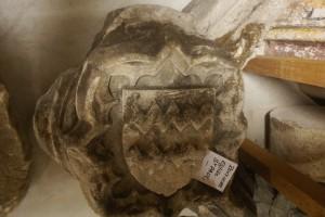Clef de voute ornée d'un écusson aux armes Chévredent. Poitiers, reserves du Musée Sainte-Croix (de l'église Saint-Paul), armoirie 1