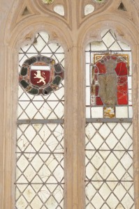 Vitraux armoriés. Nalliers, St-Hilaire, chapelle latérale.