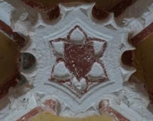 Armoirie d'attente (?). Pouzioux (Chauvigny, église Saint-Symphorien, chevet, détail de la clef-de-voûte.