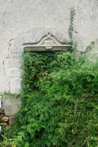 Celle-l'Evescault (Laveau), ferme, détail de la porte en accolade avec armoirie