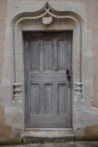 Celle-l'Evescault, maison canoniale, détail de la porte d'entrée avec accolade armoriée.