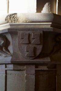 Charroux, abbaye Saint-Sauveur, salle capitulaire, colonne avec chapiteau aux armes de l'abbé Jean Chaperon