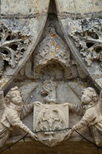 Availles (Nouaillé-Maupertuis), prieuré Notre-Dame, portail d'entrée, armoirie de Raoul du Fou.