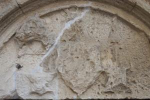 Nouaillé-Maupertuis, logis abbatial, détail de la porte d'entrée avec l'armoirie de Raoul du Fou