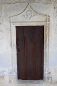 Quinçay, église Sainte-Eleusippe, porte latérale.