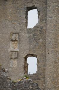 Angles-sur-l'Anglin, chateau, armoiries du roi et de Hugues de Combarel, détail du donjon aux armes du roi et de Hugues de Combarel.