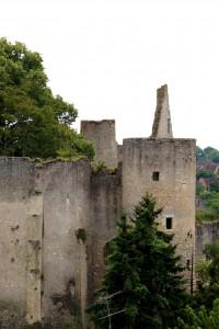 Angles-sur-l'Anglin, château, tours de la chapelle et de la prison (armoiries 7, 8, 9).