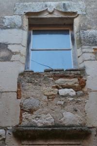 Civray, logis du prieuré Saint-Nicolas (presbytère), détail de la fenêtre sur le coté sud.