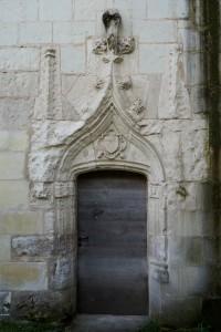 Monts-sur-Guesnes, château, détail de la porte d'entrée de la tour.