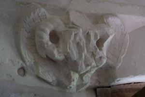 Monts-sur-Guesnes, château, détail du décor sculpté à l'intérieur de la tour, ange qui tient un écu.