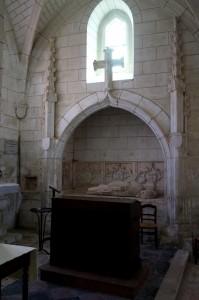 Tombeau et gisant de Pierre (?) d'Aux. Senillé, église Saint-André, bas-coté droit.