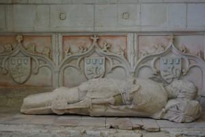 Senillé, église Saint-André, bas-coté droit, enfeu d'Aux, décor du fond et du gisant