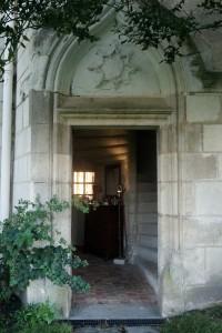 Usseau (Tuffeau), Château de la Motte, détail de la porte d'entrée avec armoirie en relief.