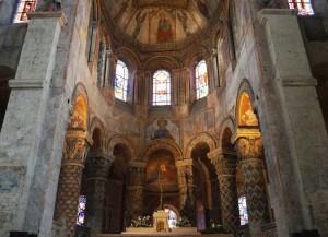 Eglise Sainte-Radegonde, colonnes du rond-point avec décor héraldique.