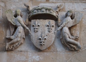 Eglise Saine-Radegonde, Poitiers, façade ouest, armoirie du roi de France.