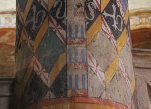 Eglise Sainte-Radegonde, Poitiers, choeur, Ière colonne à droite, détail des armoiries Beaumont et Coucy.