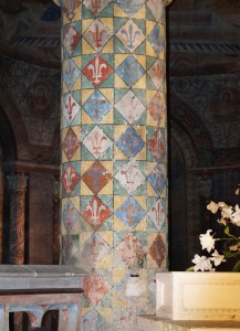 Eglise Sainte-Radegonde, Poitiers, chœur, IInde colonne à gauche, décor fleurdelisé.