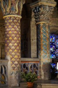 Eglise Sainte-Radegonde, Poitiers, chœur, coté nord, colonnes aux décor héraldique.