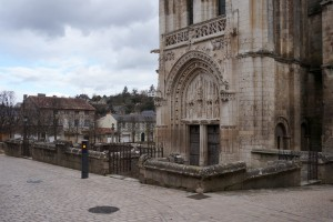 Eglise Sainte-Radegonde, Poitiers. Parvis de justice.