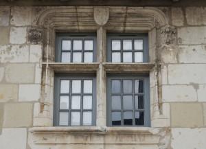 Loudun, maison XVe siècle, rue Porte Saint-Nicolas, détail d'une fenêtre au décor héraldique.