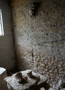 Poitiers, église Saint-Paul, chevet, mur sud avec console deplacée aux armes des Riom.