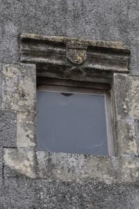 Chaunay, maison impasse de la Salle Sainte-Thérèse, fenêtre avec armoirie du rois de France.