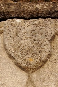 Civaux, Tour au Cognum, armoirie, porte armoriée, détail de la seconde armoire.