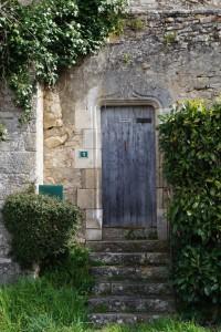 Civaux, Tour au Cognum, porte armoriée.