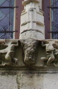 Civray, Hotel de la Prévôté, détail de l'armoirie martelée de fenêtre sur rue Louis XIII.
