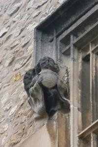 Poitiers, Logis de la Grande-Barre, détail de la fenêtre du Ier étage avec angelot tenant un écu.