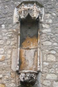 Poitiers, Logis de la Grande-Barre, tabernacle avec console à deux anges tenants un écu.