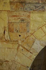 Ecusson aux armes des Taveau. Morthemer, église Notre-Dame, crypte.