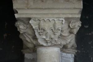 Palais des comtes, Salle des Pas Perdus, cheminée monumentale, console aux armes de Jean de Berry.