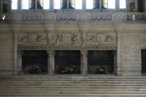 Palais des comtes, Salle des Pas Perdus, détail de la plate bande armoriée de la cheminée monumentale.