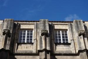 Palais des comtes, tour Maubergeon, façade méridionale avec consoles héraldisées.