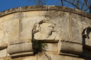 Poitiers, remparts sud, tour Ronde, détail du couronnement avec l'armoirie de Jean de Berry.