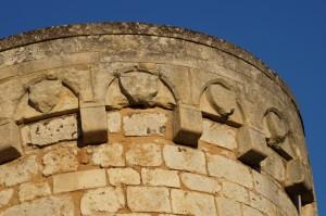 Poitiers, remparts sud, tour de l'Oiseau, couronnement et décor armorié entre mâchicoulis.
