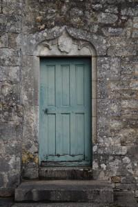 Eglise Saint-Pierre, Sanxay, porte armoriée de la chapelle sud.