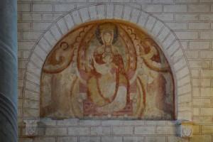 Vierge à l'Enfant avec deux saints et consoles armoriées. Saiint-Savin-sur-Gartempe, église abbatiale Saint-Savin-et-Saint-Cyprien, mur pignon.