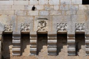 Bonnes, chateau de Touffou, détail de l'armoirie sculptée sur le chemin de ronde du donjon orientale (coté est) avec armoirie des Montléon.