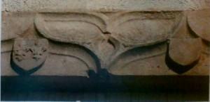 Fenêtre armoriée (XVe siècle), détail de l'architrave. L'Isle-Jourdain, maison 13 avenue Marcel Giraud