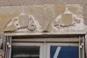Linteau de fenetre armorié. L'Isle-Jourdain, 4 avenue Marcel Giraud.