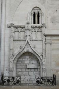 Monument funeraire de l'abbé Jean Chavalier. Saint-Maixent-l'Ecole, église abbatiale Saint-Maixent, transept sud.