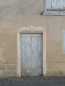 Porte armoriée d'une maison XVIe-XVII siècle. Plaisance 4, Le Bourg.