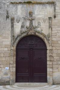 Abbaye Notre-Dame, Celles-sur-Belle, portail du clocher-porche avec décor héraldique.