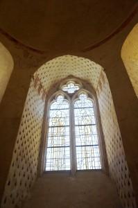Baie aux armes de Arthur de Richemont. Chatillon-sur-Thouet, Eglise du prieuré Sainte Madeleine de la Maison Dieu, abside.