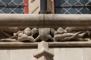Anges tenant un écusson. Poitiers, Hotel Fumé, façade (armoirie 13).