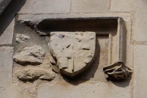 Hotel Fumé, Poitiers, lucarne du logis, détail de l'écusson aux armes Fumé-Aubert (armoirie 2)