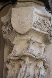 Hotel Fumé, Poitiers, galerie, détail d'un pilier ornée d'un écusson gratté et d'une cordière (armoirie 7).